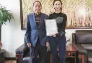 """薪火相传,袁隆平授权薇娅为""""中华拓荒人""""海水稻推广大使"""